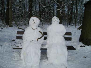 twee-sneeuwmensen-op-een-bankje